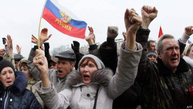 Manifestação pró-Rússia em Donetsk neste domingo   Foto: AFP