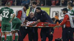 Le joueur Michael Olaitan a été placé sur une civière après avoir perdu connaissance pour être transporté à l'hôpital.