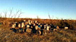 Recipientes vacíos de combustible utilizados por Los Zetas para incinerar personas en Coahuila. Foto: cortesía Diego Osorno