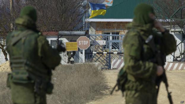 Tropas bloqueiam acesso a base ucraniana na Crimeia (foto: AP)