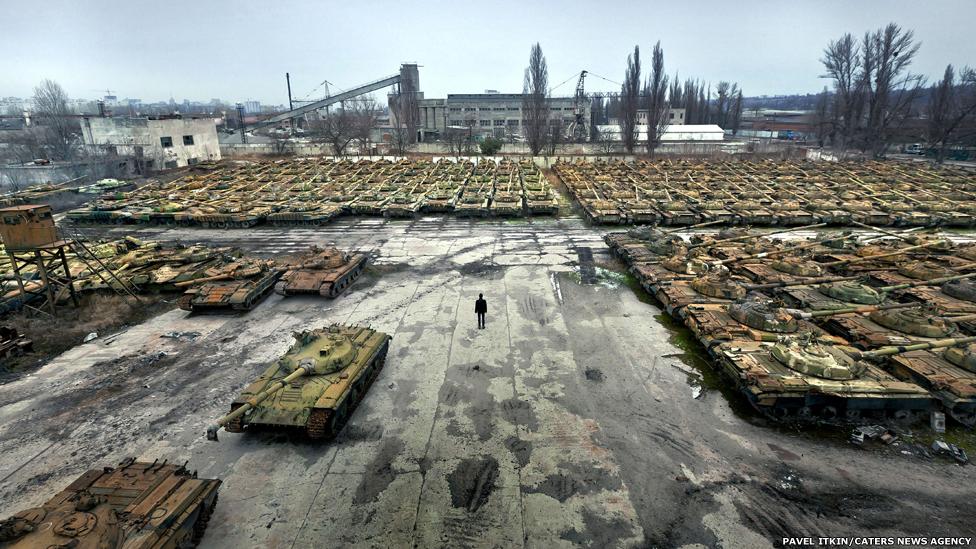 Tanques enfileirados no cemitério de equipamentos militares PAVEL ITKIN / CATERS NEWS