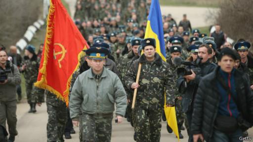 Tropas ucranianas marcham na Crimeia (Getty)