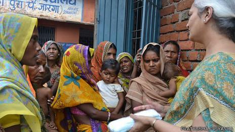 La directora de un colegio en Madhya Pradesh hablándole a las mujeres sobre higiene.