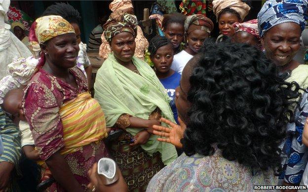 Demonstração de uso de camisinha feminina na África   Crédito: Robbert Bodengrave