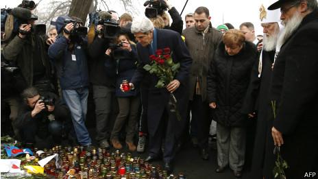 John Kerry, secretario de Estado de Estados Unidos, deja una ofrenda en la plaza Maidan de Kiev