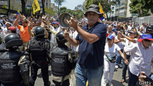 Участник акции протеста в Каракасе