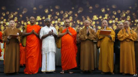 Monjes budistas rezan por los pasajeros del avión desaparecido