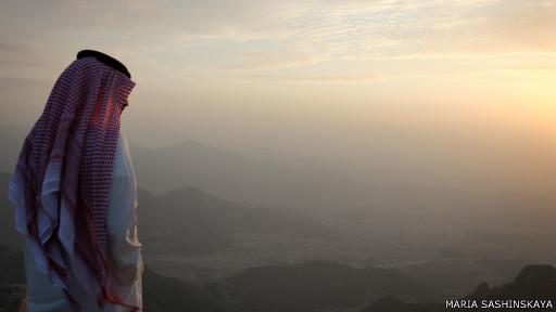 Араб смотрит на закат с горы