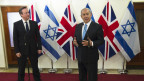 David Cameron (kiri)d dan  Benjamin Netanyahu