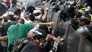 Manifestantes se enfrentan con policías
