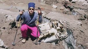 Alpinista junto a restos del avión