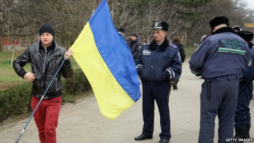 Manifestante pró-Ucrânia em Simferopol (Getty)