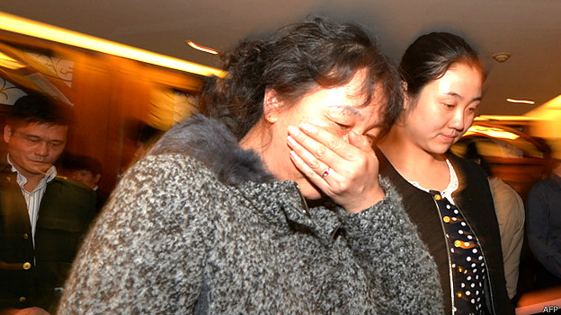 Familiares de pasajeros del vuelo MH370 en Pekín