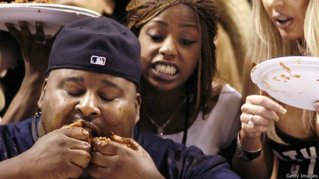 hombre comiendo alitas de pollo