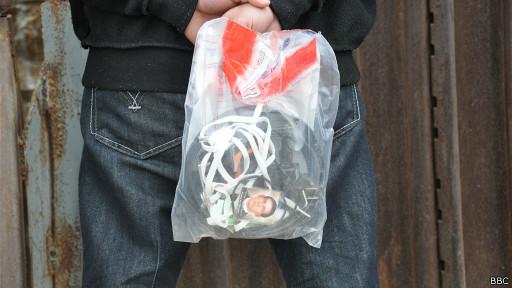 La bolsa con las pertenencias de los deportados