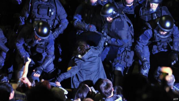 台灣防暴警察逮捕學生(2014年3月24日)