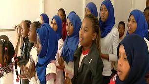 أطفال مخيم المطار يتغنون بأمل العودة إلى تاورغاء