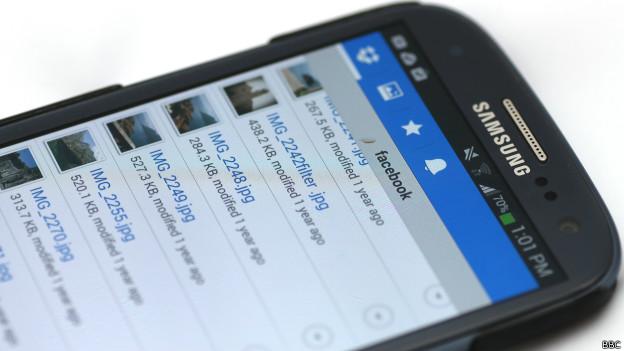 Mídia social sendo usada em aparelho celular. Foto: BBC