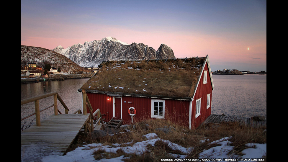 "Рыбацкий домик ""рорбу"" на Лофотенах, Норвегия. Снимок Давида Соссэ/National Geographic"