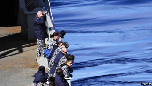 Австралийский военный корабль, принимающий участие в поисках пропавшего лайнера