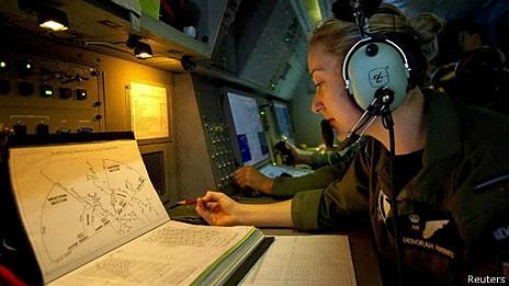Analistas de aviación en la búsqueda del avión
