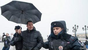 """Москва: полиция задерживает участника акции в поддержку """"Дождя"""""""