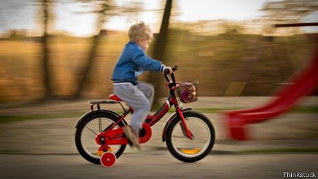 Niño en una bici