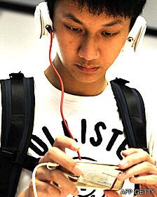 Estudiante con un MP3