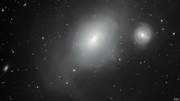 As duas galáxias, NGC 1317 (menor) e a NGC 1316 (Foto: ESO)