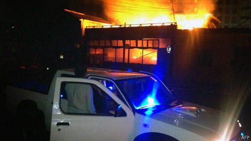 Мужчина наблюдает за пожаром, вызванным землетрясением в Чили 1 апреля 2014 года