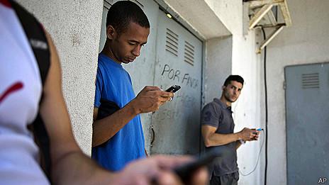 Cubanos utilizando celulares