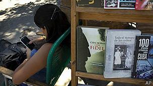 Vendedora de libros revisando celular