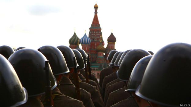 Militares rusos en un desfile en Moscú