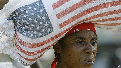 Mujer con comida donada por la USAID