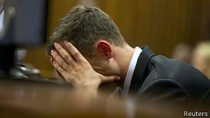 Pistorius a fermé des larmes lors de sa comparution à la barre