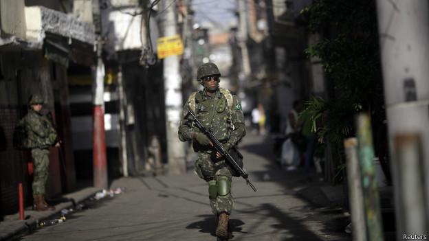 Militar patrulha favela da Maré, no Rio de Janeiro (foto: Reuters)