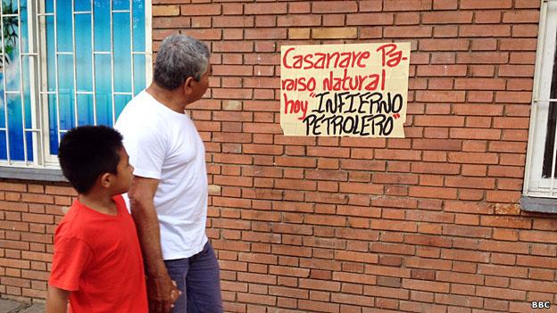 Un poster en contra de la explotación petrolera en Yopal, Casanare.
