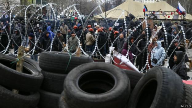 Manifestantes se reúnem em frente à barricada diante de um prédio do governo em Donetsk, no leste da Rússia. Reuters