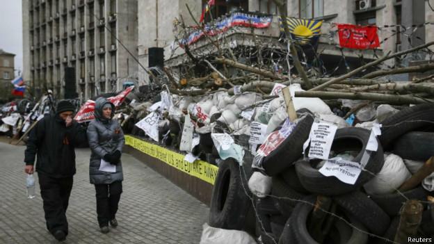 Protestos pró-Rússia em Donetsk, na Ucrânia. Reuters