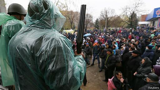 Толпа в Славянске