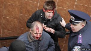 Funcionario del ministerio del Interior atiende a los heridos