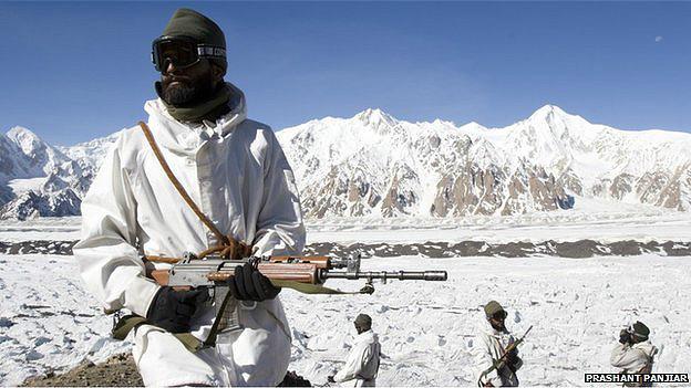 Soldados indios en glaciar de Sichaen