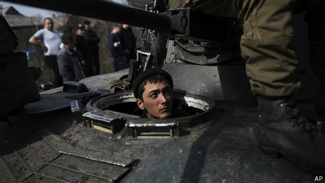 Soldado ucraniano em tanque crecado por militantes pró-Rússia