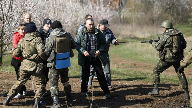 Soldados ucranianos entram em confronto com manifestantes pró-Rússia no campo, perto de Kramatorsk