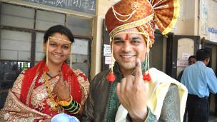 शादी के बाद महाराष्ट्र में मतदान के लिए पहुंचे युगल