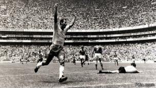 Carlos Alberto Torres comemora gol com a seleção na Copa de 1970 / Crédito da foto: Fifa.com