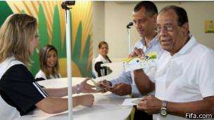 Carlos Alberto Torres mostra sistema de retirada de ingressos da Fifa para Copa das Confederações / Crédito da foto: Divulgação Fifa