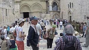 Passeio começa pela Igreja do Santo Sepulcro (BBC)