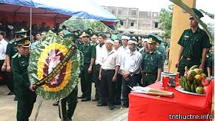 Bộ trưởng Quốc phòng gửi vòng hoa