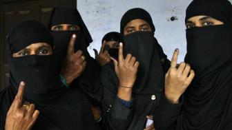वोट देने के बाद कुछ मुस्लिम महिलाएँ (फाइल फोटो)